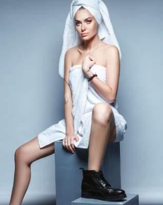 Слава Каминская сфотографировалась в одном полотенце