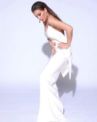 Ани Лорак позировала в белом наряде