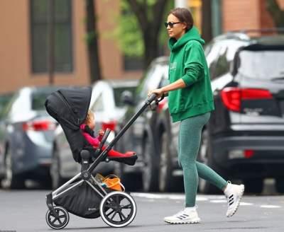 Папарацци засняли Ирину Шейк на прогулке с дочерью