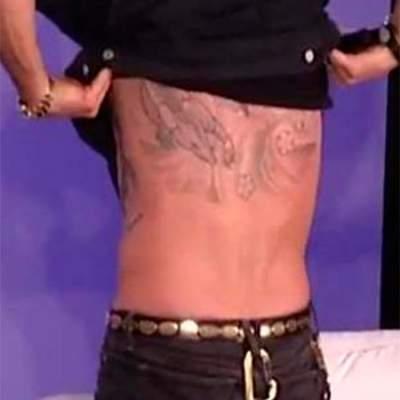 Американский актер показал странную татуировку на спине