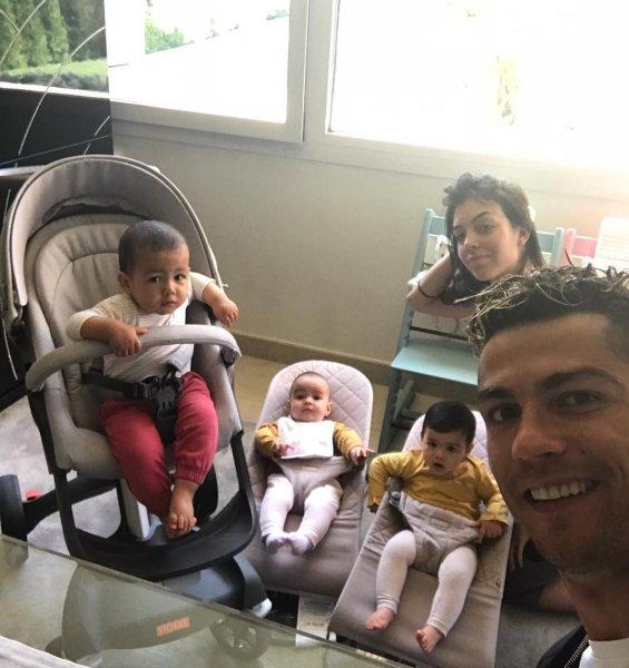 Снимок Криштиану Роналду с невестой и младенцами «взорвал» Сеть