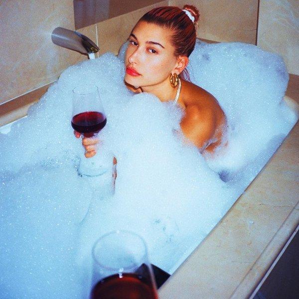 Кендалл Дженнер и Хейли Болдуин топлесс устроили вечеринку в ванной