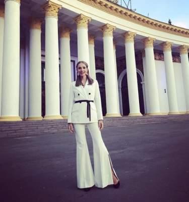 Катя Осадчая выставила напоказ длинные ноги