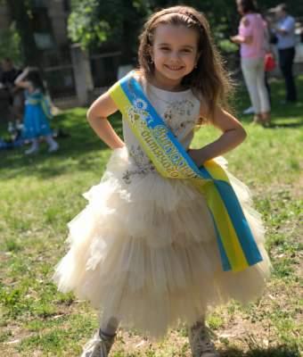 Украинская телеведущая поделилась снимками с выпускного дочери