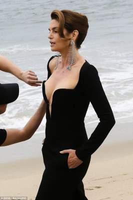 52-летняя Синди Кроуфорд показала роскошное декольте