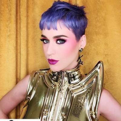Известная певица перекрасила волосы в фиолетовый цвет