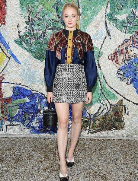 Эмма Стоун и Софи Тернер покорили папарацци на модном показе Louis Vuitton