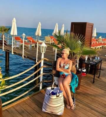 Катя Бужинская примерила купальник с глубоким декольте