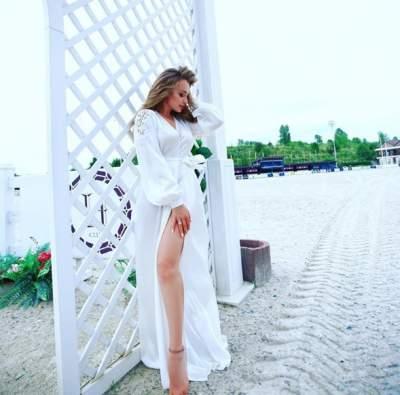 Яна Соломко примерила платье с откровенным разрезом