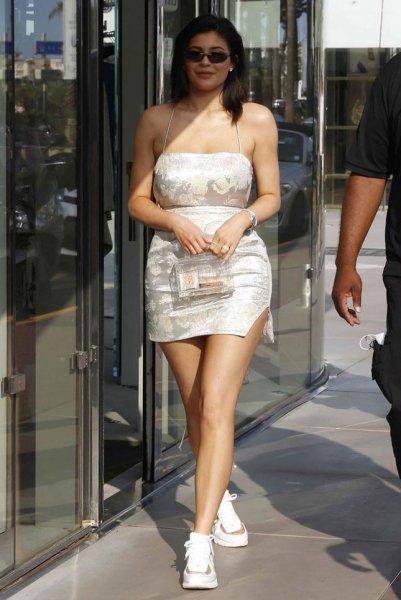 Красавица Кайли Дженнер в ультракоротком платье покорила Канны