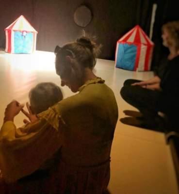 Катя Осадчая сфотографировалась в театре с годовалым сыном
