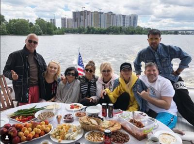 Ани Лорак отдохнула с друзьями на Днепре