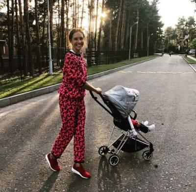 Катя Осадчая прогулялась с сыном по аллее