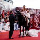 Выпускница из Брянска на коне повторила появление Бузовой на публике