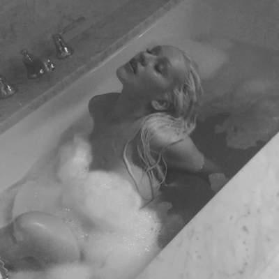 Обнаженная Кристина Агилера позировала для фото в ванной