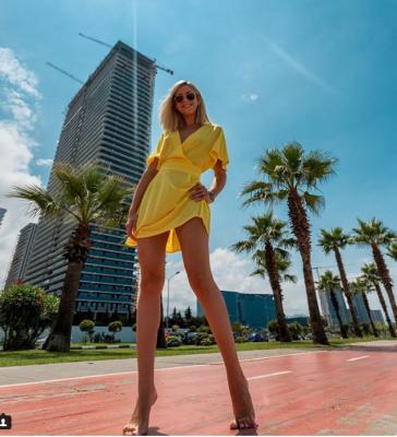 Леся Никитюк похвалилась бесконечными ножками
