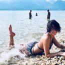 «Жирная» Настасья Самбурская соблазняет гальку на пляже