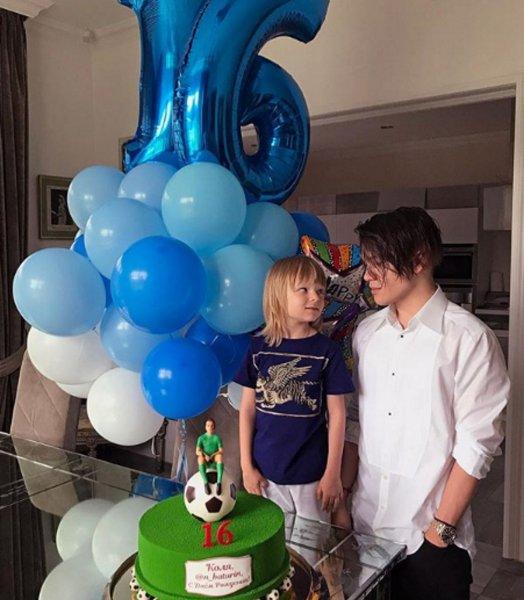 Яна Рудковская подарила старшему сыну очень современный торт