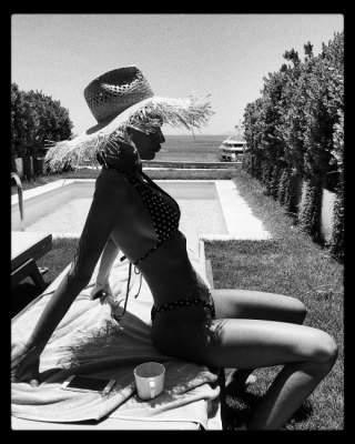 Эмили Ратаковски выложила свежие фото в купальнике