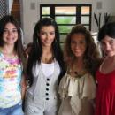 Ким Кардашьян показала детские фото сестер