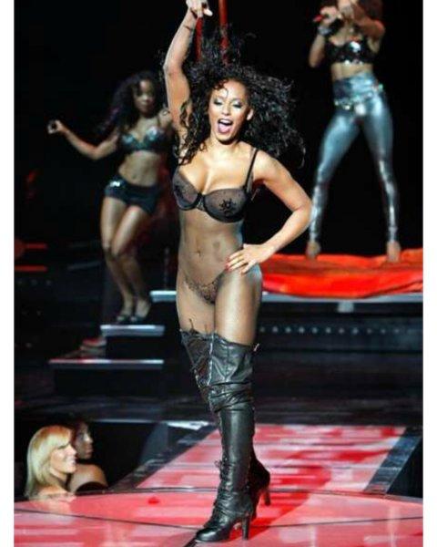 Экс-солистка Spice girls появилась на сцене практически голой