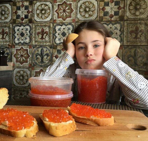 «Куда ещё?»: Дочь обиженного на Россию Алексея Панина вёдрами поедает красную икру