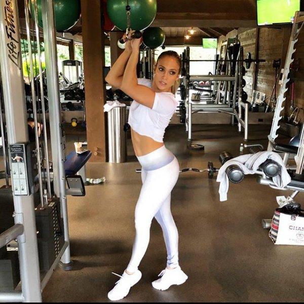 Рассекретила: Дженнифер Лопес «горячим» фото доказала, что не беременна