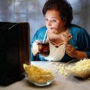 Еда перед телевизором вызывает ожирение, - ученые