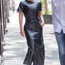 Леди Гага в кожаном макси-платье и на огромной платформе «взорвала» Сеть