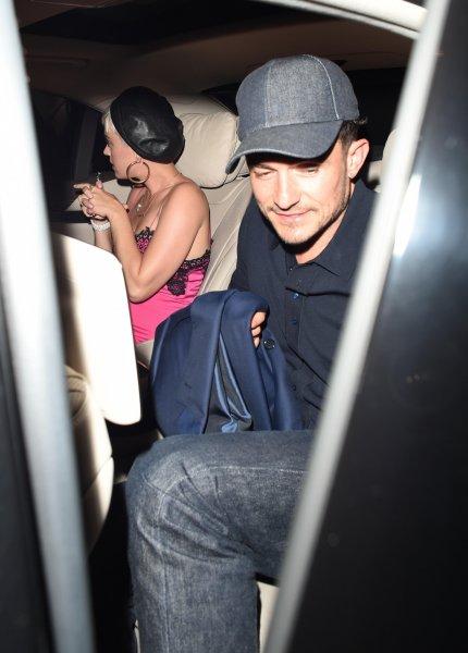 Кэти Перри надела на свидание с Орландо Блумом ярко-розовую «ночную сорочку»