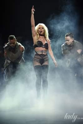 Бритни Спирс сплясала на сцене в нижнем белье