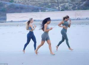 Ким Кардашьян видели тренирующейся на берегу океана