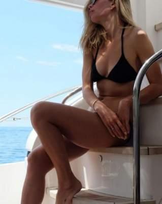 Вера Брежнева сфотографировалась в купальнике на яхте