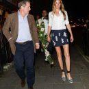 39-летняя жена Хью Гранта показала свои длинные ноги