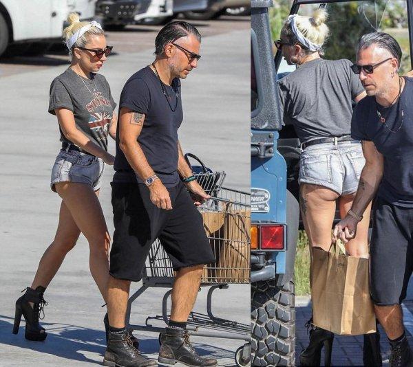 Леди Гага поразила обвисшей попой в мини-шортах