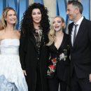 72-летняя Шер в «голой» блузе появилась на премьере «Mamma Mia! 2»