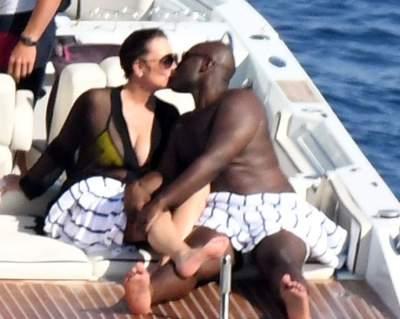 Мать Ким Кардашьян отдохнула на яхте с молодым бойфрендом