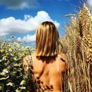 Актриса Любовь Толкалина сфотографировалась обнаженной в пшенице