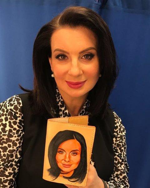«В жизни круче»: Стриженова шокировала поклонников странным фото на паспорте