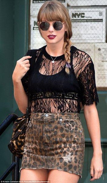 Безупречная Тейлор Свифт блеснула в  мини-юбке с кошачьим принтом