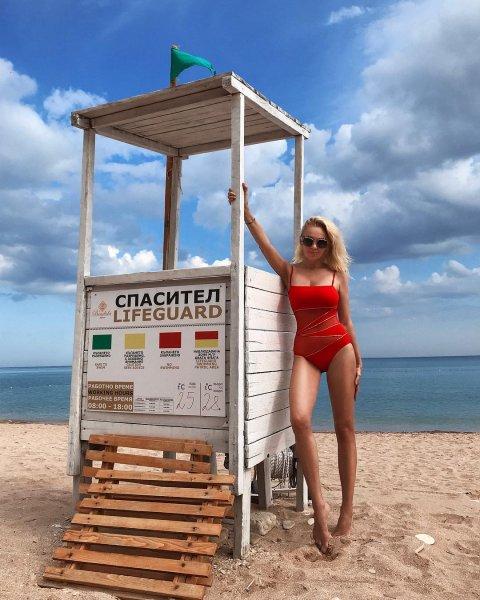 Многодетная мама Яна Рудковская поразила фанатов роскошной фигурой в купальнике