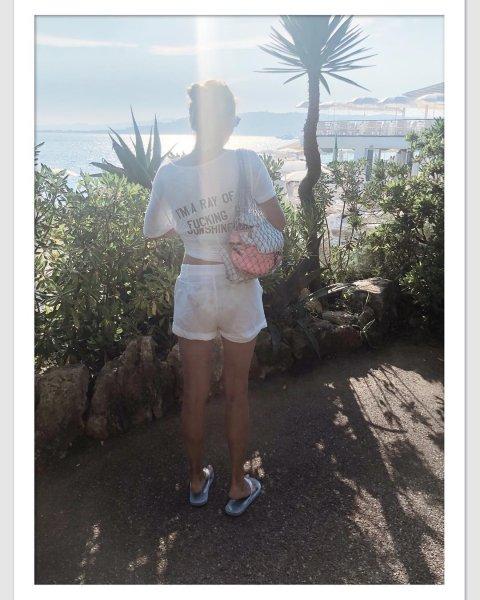 «Красивая попка»: Юлия Высоцкая изумила миниатюрным тылом в прозрачных шортах