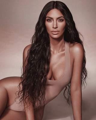 Ким Кардашьян похвасталась фигурой на новых фото