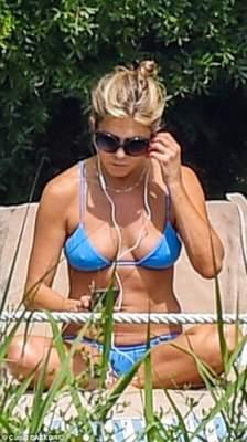 49-летняя Дженнифер Энистон поразила подтянутой фигурой в бикини
