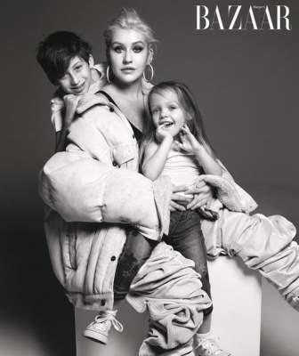 Кристина Агилера сфотографировалась с детьми для известного журнала