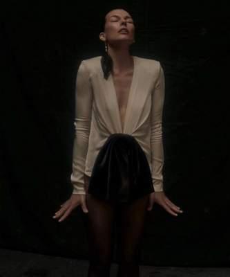 Милла Йовович восхитила фигурой в пикантном наряде