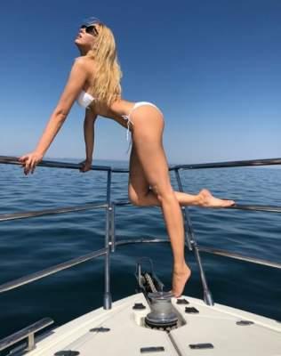 Оля Полякова отдохнула на яхте в белоснежном бикини
