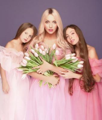 Оля Полякова порадовала нежным снимком с дочерьми