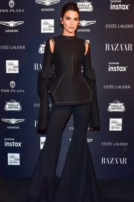 Знаменитости посетили модное мероприятие в экстравагантных платьях