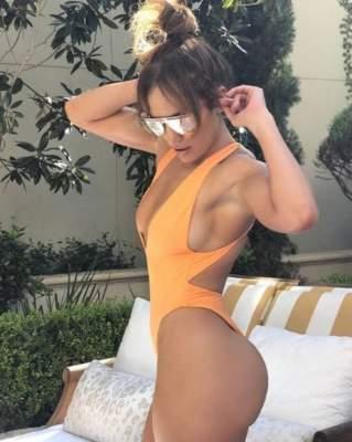 49-летняя Джей Ло показала идеальную фигуру в бикини